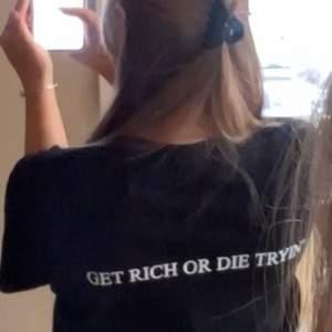Säljer T-shirt med detta coola trycket på. Väldigt clean, lätt att styla till allting. Helt oanvänd i storlek S/M.