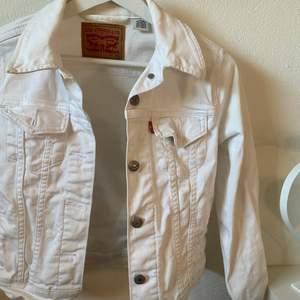Så snygg jeansjacka från Levis, perfekt till sommaren!!