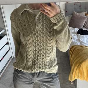 Säljer denna stickade tröja som är såå fint stickad. Inte alls stickig i materialet, och en så fin ljusgrön färg 🤍💚 Storlek L men sitter även snyggt oversize på mig som vanligtvis har storlek small! 🧚🏼♂️🧚🏻♀️🧚🏼  köpt på Stockholms Stadsmission <3