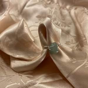 Handgjord ring med aventurin! Välj mellan silver och guldtråd! Välj även om du vill ha tråden virad över stenen eller inte och om du vill ha tråd våras runt den! Obs: kristallerna är oregelbundna, alltså varierar formen på dem! Frakt: 15kr❤️