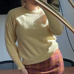 Gul tröja i lammull. Väldigt varm och skön. Strl S-M. Ev. Budgivning sker i kommentarerna. 100krr+frakt🍒