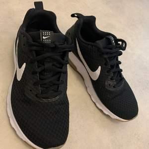 Nike skor som är ej mycket använd. Dom är inte förstörda någonstans.