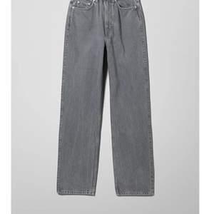 Grå weekday jeans i modellen rowe. Super snygga långa och raka jeans, väldigt sparsamt använda och säljer då jag de inte kommer till användning. Innerbenslängden är 72 cm ganska exakt, men blir lite längre om dem sitter hängigt som de gör på bilden.