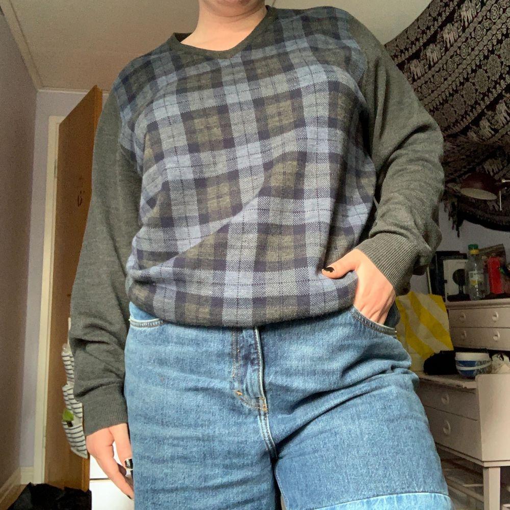 En fin vintage tröja ifrån Dressman i storlek XL. Jätte gosig att ha på sig, men har två pyttesmå hål på sig. (Dem framgår i bilden) Därför går jag ned i pris. Hålen syns däremot inte alls när man bär den❤️. Tröjor & Koftor.