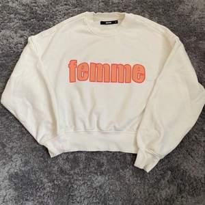 Vit sweatshirt från Bik Bok i strl XS, fick i födelsedags present så vet ej hur mycket originalpriset är!