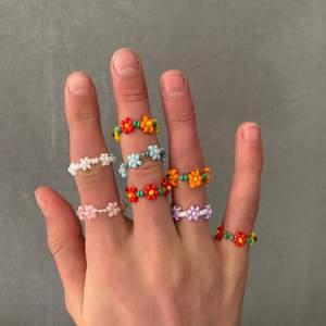 🌼super snygga ringar av pärlor!! Välg egen färgkombination.❗️Vid köp av 5= gratis frakt❗️annars kostar frakten 11kr.🌼 ❗️Har väldigt många beställningar just nu så det kan ta upp till 3 dagar tills din beställning är klar❗️