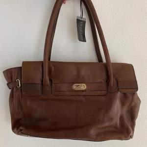 Så otroligt vacker väska som aldrig andvänts! Prislapp sitter kvar! Köptes för cirka 1500! Denna model säljs inte längre! Väskan har inga slitage och är inprinsip i nyskick! Äkta skinn, ett kvalitets fynd helt enkelt! Buda i komentarerna!💙