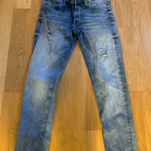 Säljer några snygga Slim Jeans från Jack&jones i storlek 30/32🌟. Dem är mycket använda men är inte slitna så jeansen är väldigt prisvärda!!! Nypris:599kr. Mitt pris:50kr