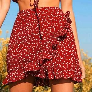 Helt oanvänd kjol från shein, som ligger kvar i sin förpackning. Storlek M men lite liten i storleken skulle säga den sitter mer som en S. Super fin verkligen, men för liten då jag borde beställt en L.
