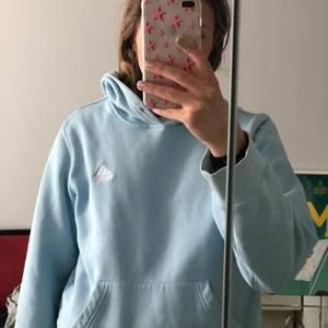 En jätte fin blå hoodie som börjar bli lite liten och det är därför jag säljer den. Den är lite missfärgad längst ut på armarna och det är därför den inte kostar så mycket!💖💖