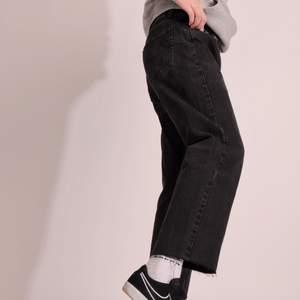 Svarta MC Gordon jeans i väldigt fint skick! Obs, byxorna är avklippta nertill, modellen är 180cm