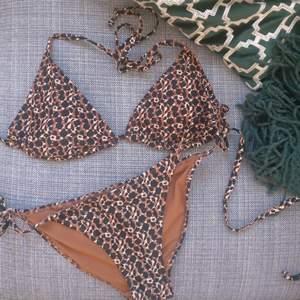Oanvänd! Supersnygg varmt leopardmönstrad bikini från Bik Bok. Har tyvärr bara blivit liggandes hemma då jag har andra bikinis och denna inte riktigt passade. Passar någon med lite mindre rumpa!