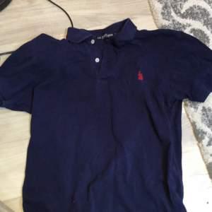 Detta är en pike tröja ( polo). Som används förr. Den ligger på storlek L och är från åldern 14-16 år ( anser dock inte att den passar alla vid den åldern som är större).
