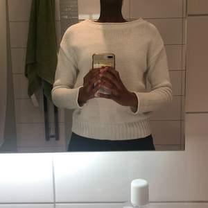 Vit stickad tröja i storlek xs från size&needle. Använd fåtal gånger, säljer pga den inte är min stil av tröja.