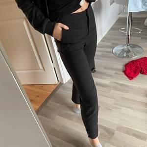 Svarta kostymbyxor i Storlek 32, fint skick!💗