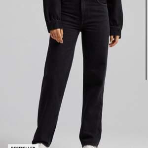 Detta är ett par Bershka jeans i storlek 38 helt nya har bara provat men passade inte mig de är storlek 38 men passar också 36💕⚡️⚡️