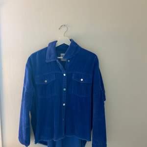Blå Manchester over shirt från zara, använd några få gånger men i mycket bra skick.