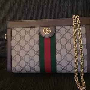 Säljer min Gucci väska. Inköpt i Stockholm på Gucci för cirka 1 år sedan. Har inte kvitto men är villig att gå till Gucci butiken och få allt bekräftat om det krävs. Köptes in för 16 tusen. Topp skick. Snabb affär 5 tusen