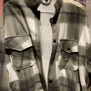 Knappt använd jacka från bohoo, säljer pga att den inte kommer till användning 💓