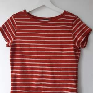 Suupermjuk t-shirt i fin rostorange färg🍊Nyskick, aldrig använd🥳 Storlek L, men passar nog M också! Köparen betalar frakten, skriv för mer info🥰