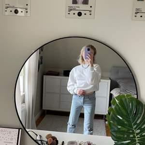 Ljusblåa jeans med hål på knäna🦿🦿straightleg o lite stretchiga✨storlek 36 men jag e en 34 vanligtvis så stora i midjan.. Jag e 165 för referens