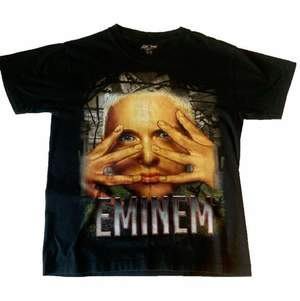 Vintage Y2K Eminem T-shirt, storlek M på taggen men passar mer som S. Mycket bra vintage kvalitet, inga flaws.
