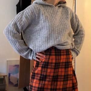 Stickad tröja med luva. Strlk small men oversized så passar allt från xs till medium. Från Nelly. Fint skick.
