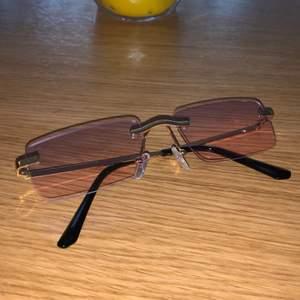 Skitsnygga solglasögon från Paris, dom är nästan genomskinliga så inte tänkt att ha som solglasögon utan mer för att dom är snygga🤪 Köpte dessa och tre andra par och lovade mig själv att bara behålla 2 av 4 😅 Fler bilder kan skickas vid förfrågan! Aldrig använda! Frakt ingår ej🌸