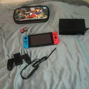 Hej! Jag säljer min Nintendo switch då den endast kom till användning i en kort period, den är i jättebra skick nästan som ny då den används endast några få gånger. Jag inkluderar själva konsolen, och alla tillbehören (som på bilden) inklusive tillbehörande sladdarna, men även en väska till den med bra utrymme för spelen. De två spelen är Mariokart (Deluxe) och Super Mario Odyssey. Pris kan diskuteras vid snabbaffär, varsågoda och buda!!!!🤍