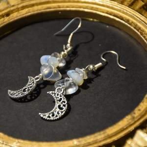 Månörhängen med opalite och nickelfria krokar.