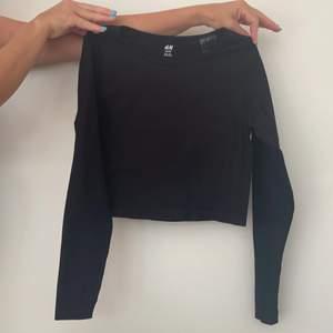 Tränings tröja från HM i storlek L men sitter som en M. Endast använd en gång!