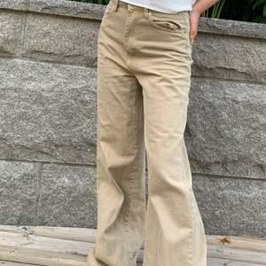 Så snygga beiga jeans i slutsåld modell. Storlek 32 men sitter väldigt baggy på mig som har 34 så tror det passar från storlek 32-36 beroende på hur man vill att dom sitter🥰 Lite långa på mig som är 160 men går att klippa av om man vill eller fålla ner om man är lång. Bra skick inte alls mycket använda. Skriv vid frågor⚡️🤍