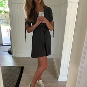 Säljer min fina prickiga klänning från NA-KD i storlek 36 då den är lite för liten 😢💖💖 Så snygg till stranden eller vid finare tillfällen.