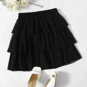 Säljer denna kjolen då den tyvärr är lite för stor för mig. Väldigt söt nu till sommaren. Aldrig använd endast testad så i nyskick💕💕 köp direkt för 200!💕