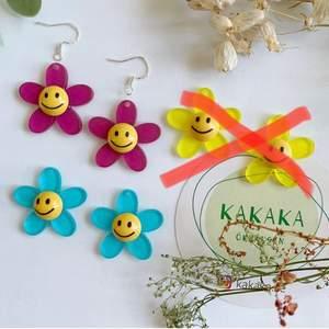 Smiley blommor Örhängen , i nyskick :) 65kr inklusive frakt 🌸☀️  kan byta till nickelfri krok för extra 5kr ‼️🚀följ min Instagram för 2kr rabatt 😉