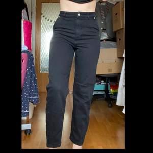 Varsamt använda jeans från Carin Wester som sitter perfekt på en 34/36. Ett av få par jeans som även är bekväma!