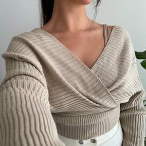 Beige tröja från prettylittlething. Prislappen sitter kvar - aldrig använd! 🌸