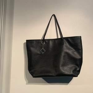 Super fin väska i bra skick! Smycket på sista bilden går såklart att ta bort om man vill!