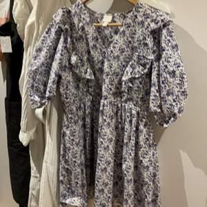 Säljer denna fina klänning från hm inköpt förra sommaren. Det är storlek S. Den är ganska v-ringad men man kan bara sätta en säkerhetsnål för att fixa det, annars är den superfin! Hör av er vid frågor och funderingar!