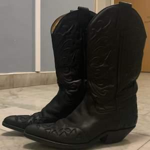 Super snygga och trendiga cowboy boots. Knappt använda och är i mycket bra skick. Storlek 37. Köpta för 5000kr för ca 30 år sen, välbevarade. Skriv i kommentarerna eller i DM.