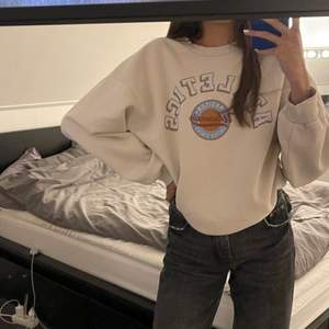 Jättesnygg sweatshirt från ginatricot som tyvärr inte kommit till användning. Storlek M men sitter bra på mig som har S vanligtvis. 120kr + frakt 💛
