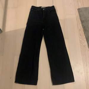 Snygga jeans från levis. Används ett fåtal gånger men blev tyvärr snabbt försmå. Sitter lite tajtare vid låten men blir sedan vida längre ned.