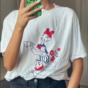 Säljer min älskade Disney t-Shirt! Går att ha som t-Shirt/klänning då den är ganska lång som ni ser. Frakt 50kr💕💝
