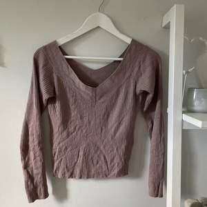Rosa/lila tröja med v-ring