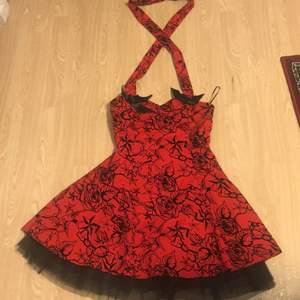 Säljer en jättefin röd klänning från H&R i storlek 14. Den kan passa s/m. Hör av dig om du vill ha mera bilder!😍🤍