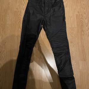 Väl använda Svarta byxor i läderimitation med deltaget på benen, från only. Köparen står själv för frakten