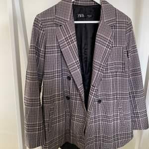 Kavaj/kappa från Zara i storlek xs men passar XS-L beroende på hur man vill att den ska sitta. Skriv för fler bilder, Frakt tillkommer 💓