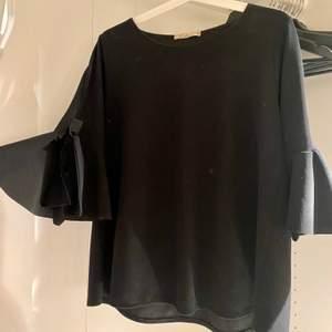 Jättefin svart blus med knyten på armarna. Knappt använd fint skick!🤎