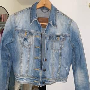 Jätteskön jeansjacka från Gina tricot i storlek S. En aning stretchig och skön passform. Frakt ingår inte💕