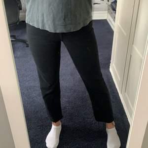 Så najs svarta jeans med slitning längst ner från Zara, passar till allt 💛 frakt tillkommer
